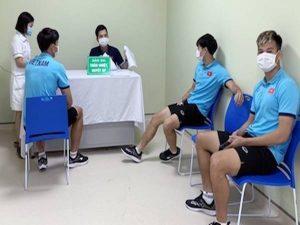 Bóng đá VN 20/5: ĐTQG Việt Nam tiêm vắc xin mũi thứ 2